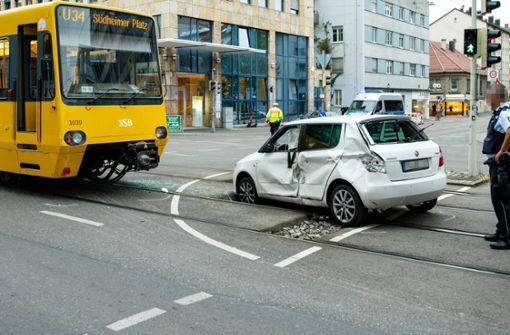 Autofahrerin biegt verbotenerweise ab und stößt mit Stadtbahn zusammen