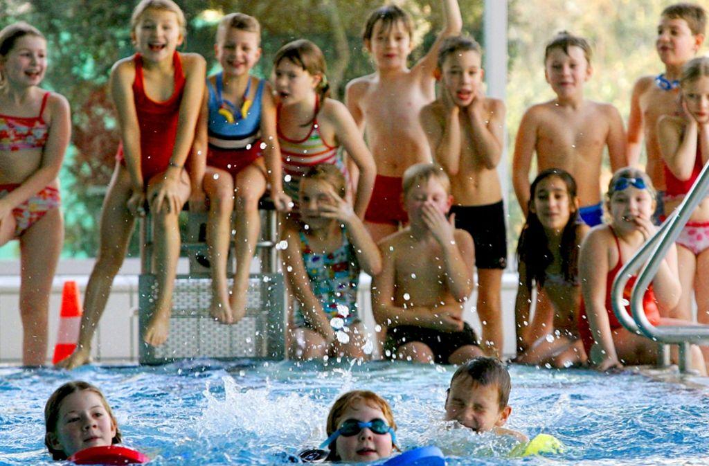 Mit Spaß dabei: Wer in die Grundschule kommt, sollte  schon schwimmen können. Foto: dpa