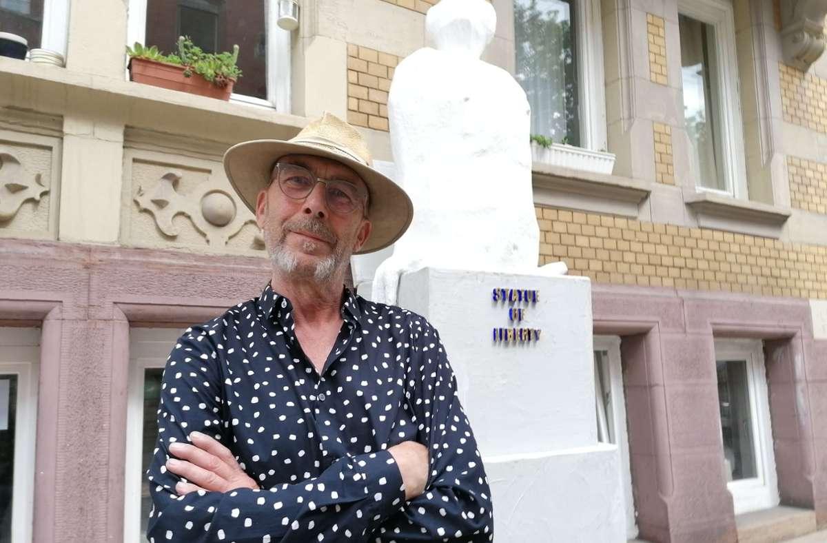 Tomas Kurth vor seiner Freiheitsstatue an der Schwabstraße Foto: Archiv
