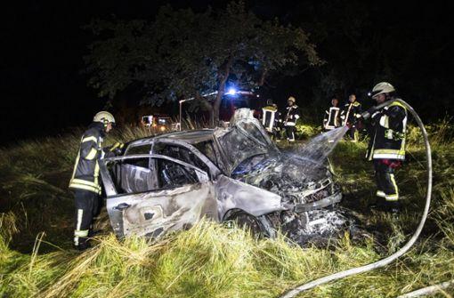 Betrunkener Autofahrer kommt von Feldweg ab - Wagen brennt