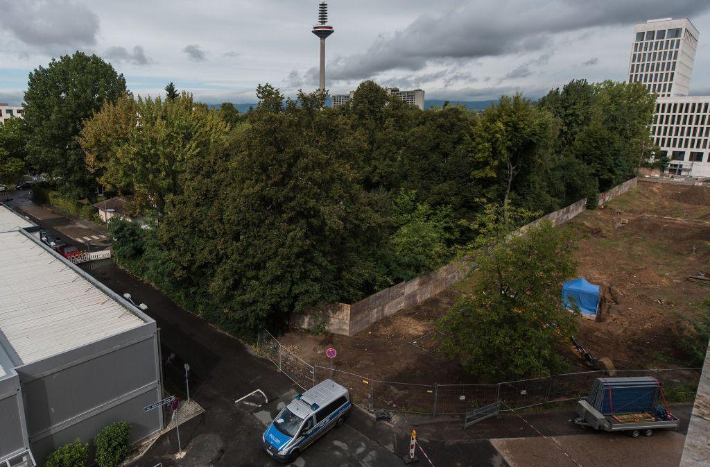 Ein Polizeiauto steht am 31. August Frankfurt am Main am Fundort einer Bombe, die unter einem blauen Zelt liegt. Im Stadtteil Westend wurde auf einer Baustelle eine englische Luftmine gefunden. Sie soll am Sonntag entschärft werden. Foto: dpa