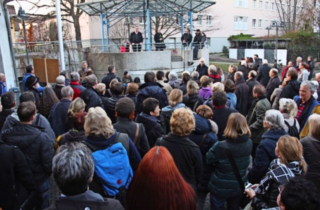 Bezirksvorsteher Gerhard Hanus spricht zu den Bürgern, die keinen Zutritt zur Sitzung in der Zehntscheuer erhalten haben. Foto: Martin Braun