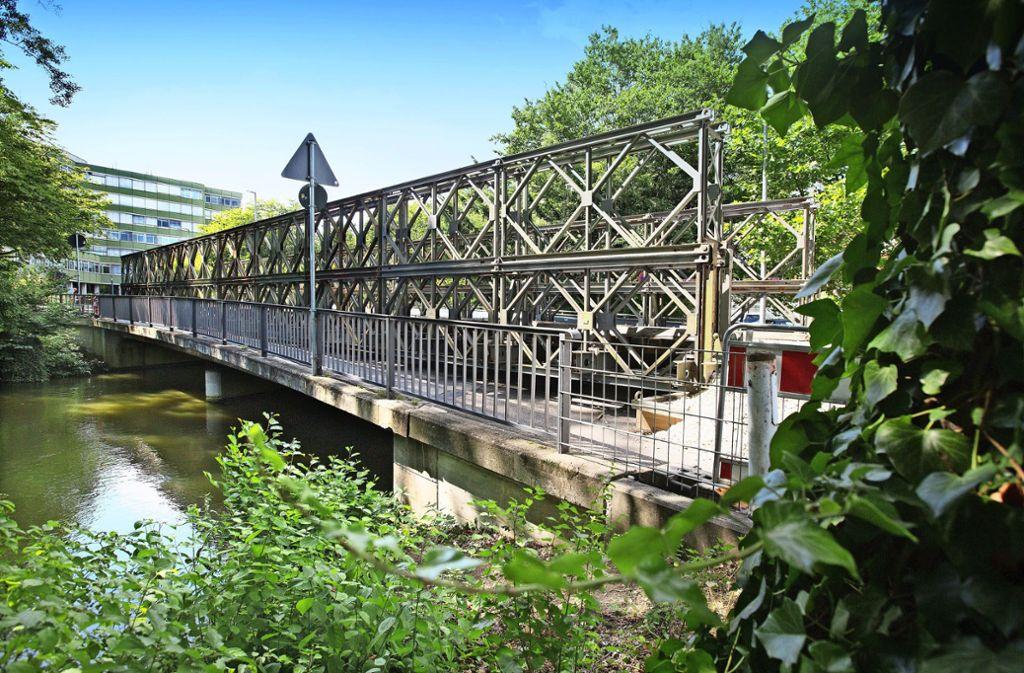 Am Montag sind beim Landratsamt zunächst die Zufahrtswege zur Ersatzbrücke befestigt worden, am Nachmittag folgten dann noch Teerarbeiten. Foto: Horst Rudel