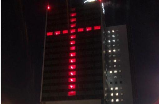 Riesiges   Lichtkreuz   gegen das Hotel- und Gastrosterben