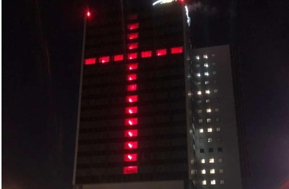 Das rote Kreuz am   Hotelturm des Stuttgarter Musicalzentrums sorgt für großes Aufsehen. Foto: StZN