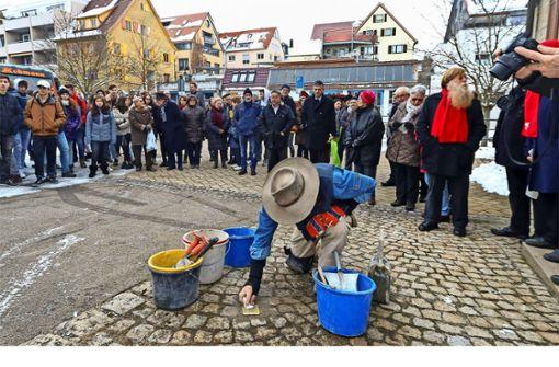 Gunter Demnig verlegt zwei  Stolpersteine