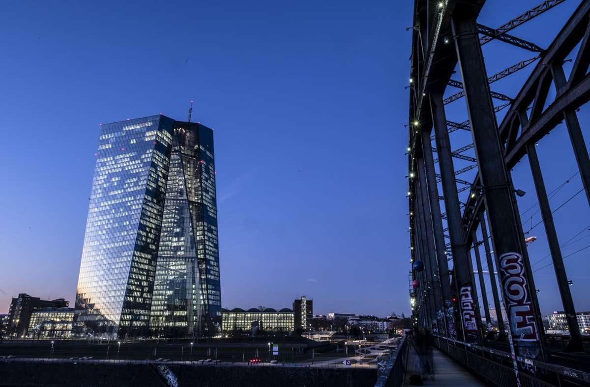 Die lockere Zinspolitik der EZB könnte zum Vorteil von Zombie-Firmen sein und Geschäftspartner in  trügerischer Sicherheit wiegen. Foto: dpa/Boris Roessler