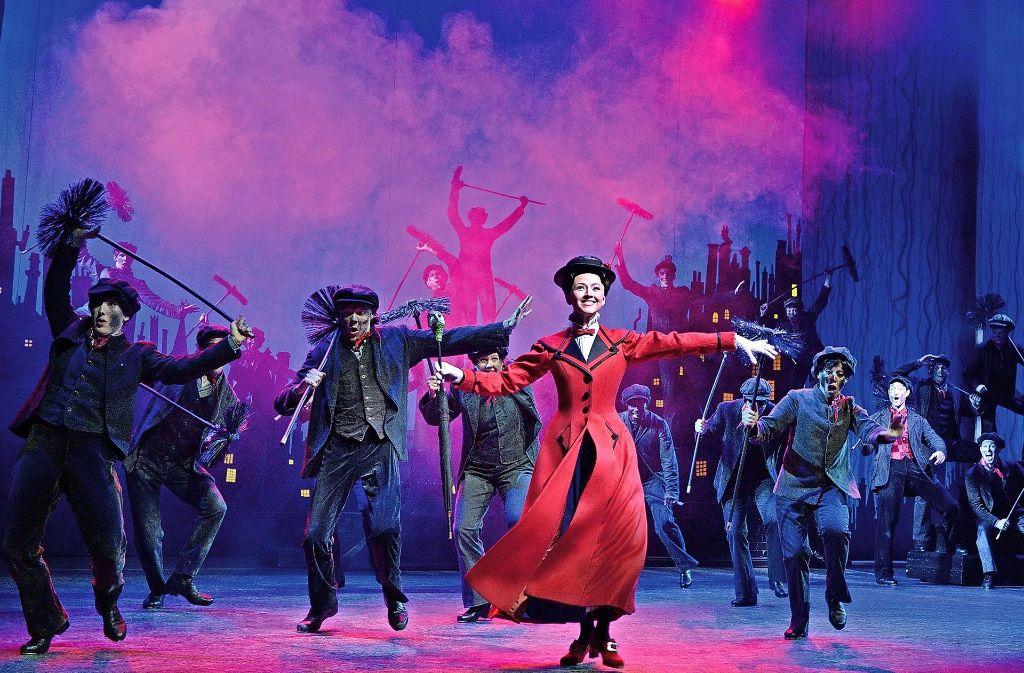 Mary Poppins tanzt mit den Schornsteinfegern auf der Bühne. Die Kinder Jane und Michael sind von ihrem neuen Kindermädchen anfangs gar nicht begeistert. Foto: Stage Entertainment