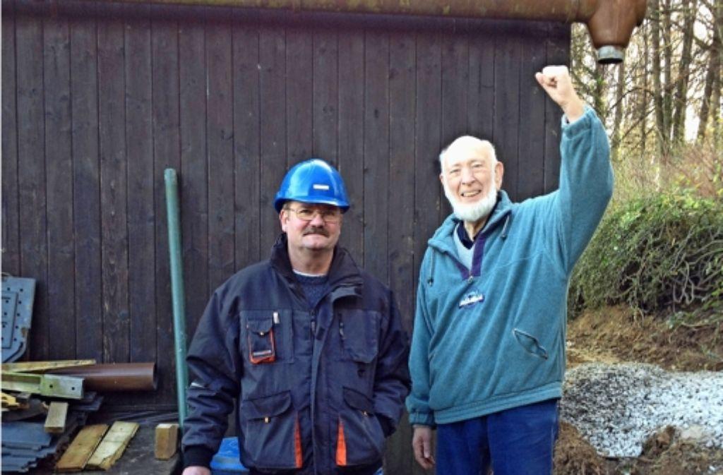 Es ist vollbracht: Bauleiter Emil Zanker (links) und Eberhard Hirt, Vorsitzender der Gartenfreunde, freuen sich über die neue Wasserleitung fürs Vereinsgelände, Foto: privat
