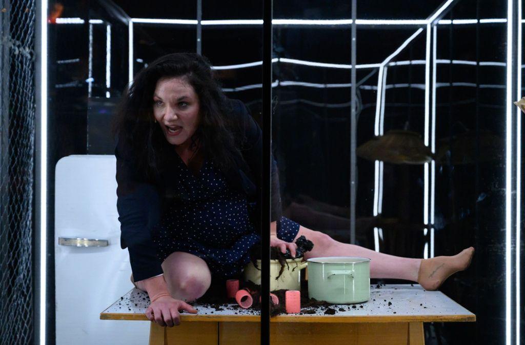 Sie geht schwanger mit deutscher Erde: Josephine Köhler im Kammertheater Foto: Björn Klein