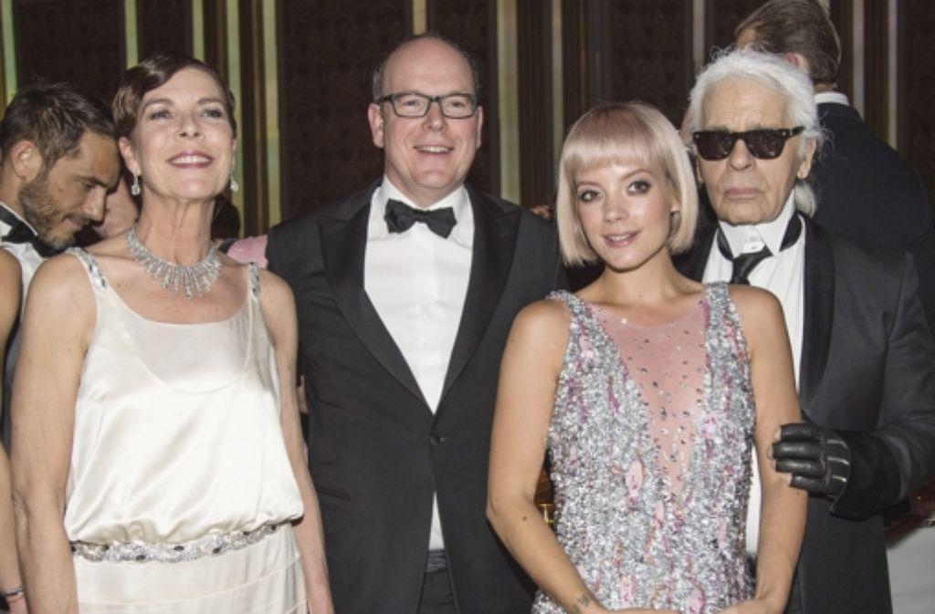 Prinzessin Caroline von Hannover, Prinz Albert von Monaco, Sängerin Lily Allen and Karl Lagerfeld (v.l.)bei der Eröffnung des Rosenballs in Monaco. Foto: Getty Images Europe