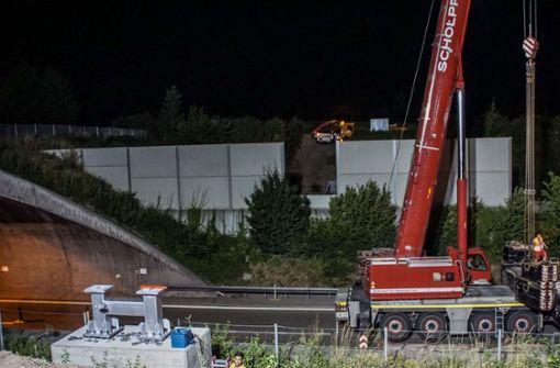 36 Tonnen Stahl schweben über der Autobahn