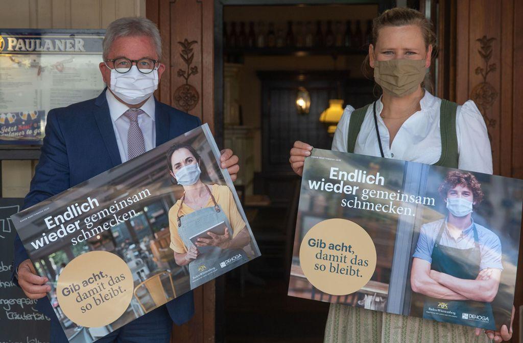 Tourismusminister Guido Wolf und Paulaner-Chefin Birgit Grupp: Nach acht Wochen Pause wird nun wieder Bier gezapft. Foto: Lichtgut/Leif Piechowski