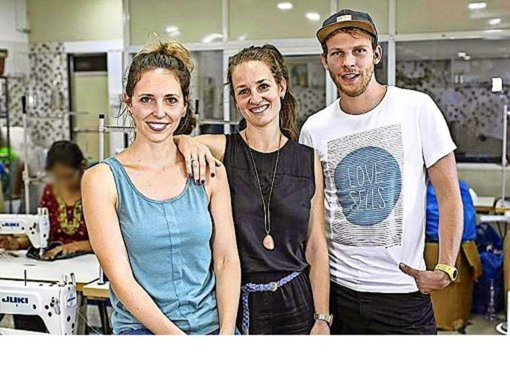 Die Labelgründer Nathalie Schaller, Teresa Göppel und Simon Schaller (v.l.) sind mehrmals im Jahr in der Glimpse-Werkstatt in Indien. Foto: davidsunderhauf.com