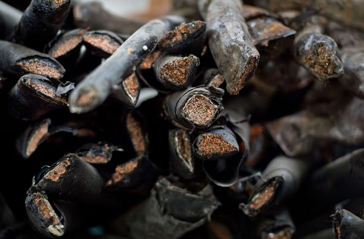 Die Polizei geht davon aus, dass die Einbrecher die Kupferkabel mit einem größeren Lastwagen abtransportierten (Symbolfoto). Foto: dpa/Daniel Naupold