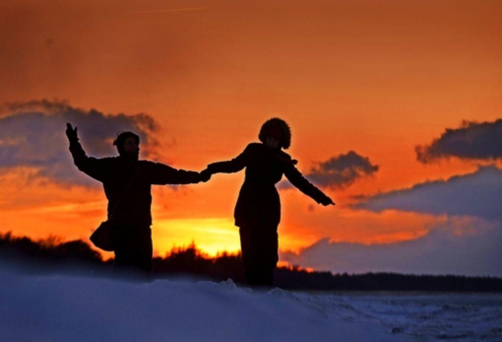 Ist Liebe nur ein chemischer Vorgang im Gehirn? Diese Spaziergänger würden das vielleicht abstreiten. Foto: dpa