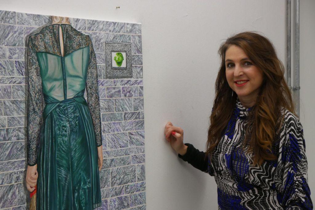Daniela Wolfer ist im Atelier normalerweise nicht so schick gekleidet – fürs Foto hat sie eine Ausnahme gemacht. Foto: Lea Weinmann