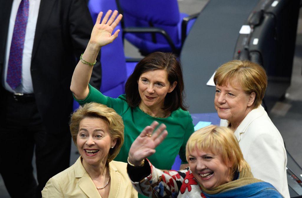 Die Grünen-Politikerinnen Katrin Göring-Eckardt, Claudia Roth und die künftige Verteidigungsministerin Ursula von der Leyen sind gut drauf. Foto: dpa