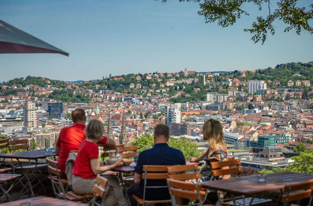 Super Blick auf den Stuttgarter Talkessel: Besucher auf der Karlshöhe. Foto: Lichtgut/Julian Rettig