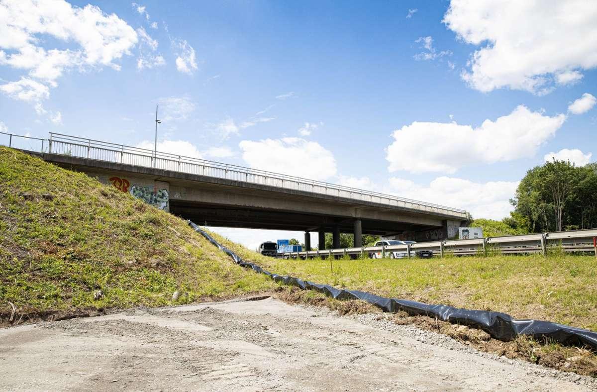 Die Brücke führt beim Real-Markt über die A81. Foto: /Stefanie Schlecht