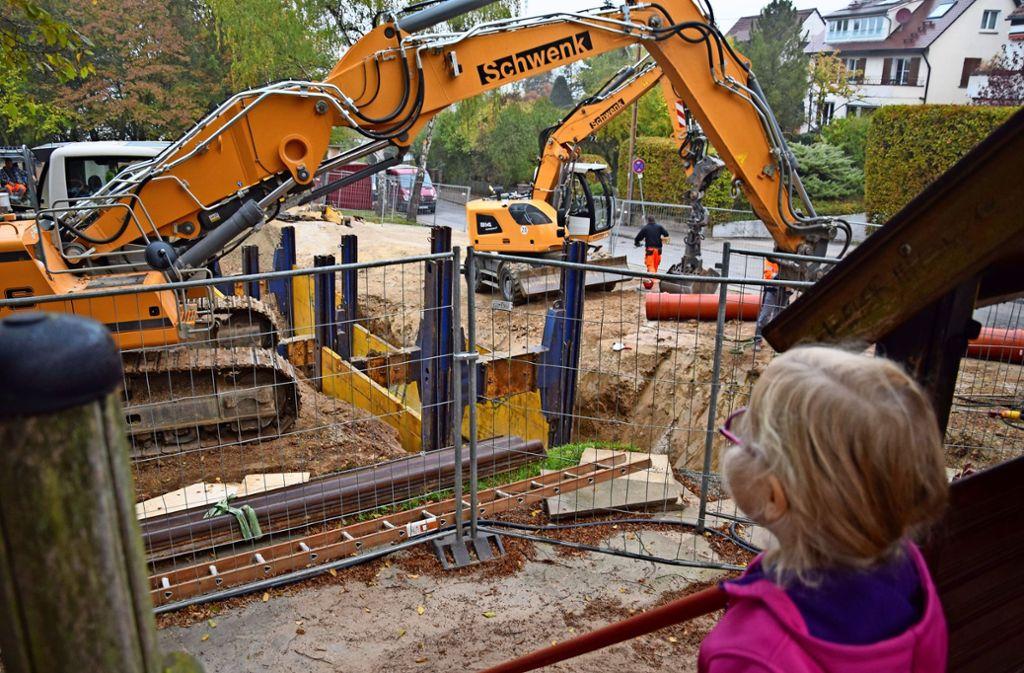 Vom Spielplatz aus können Kinder den Fortschritt auf der Baustelle beobachten. Foto: A. Kratz