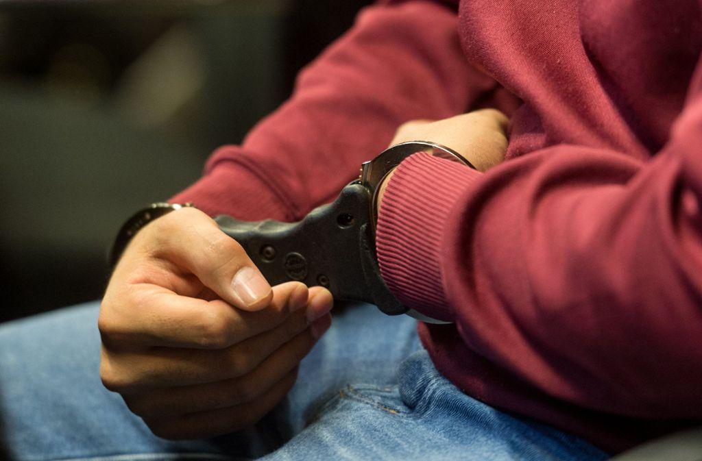 Ein 33-Jähriger soll seine Arbeitskollegin vergewaltigt haben. Der Verdächtige wurde in Stuttgart festgenommen. (Symbolfoto) Foto: dpa