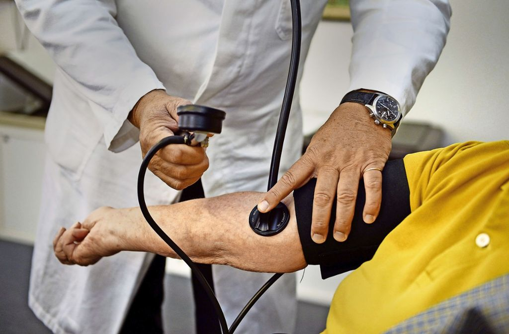 Eine Wahlmöglichkeit der Krankenversicherung für Beamte fordert auch die AOK Baden-Württemberg. Foto: dpa