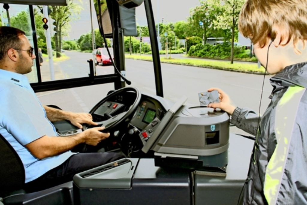 """Einmal """"piep"""", dann rein in den Bus. Die Polygo-Karte des VVS ist handlich und praktisch – wenn sie denn mal da ist. Foto: VVS"""