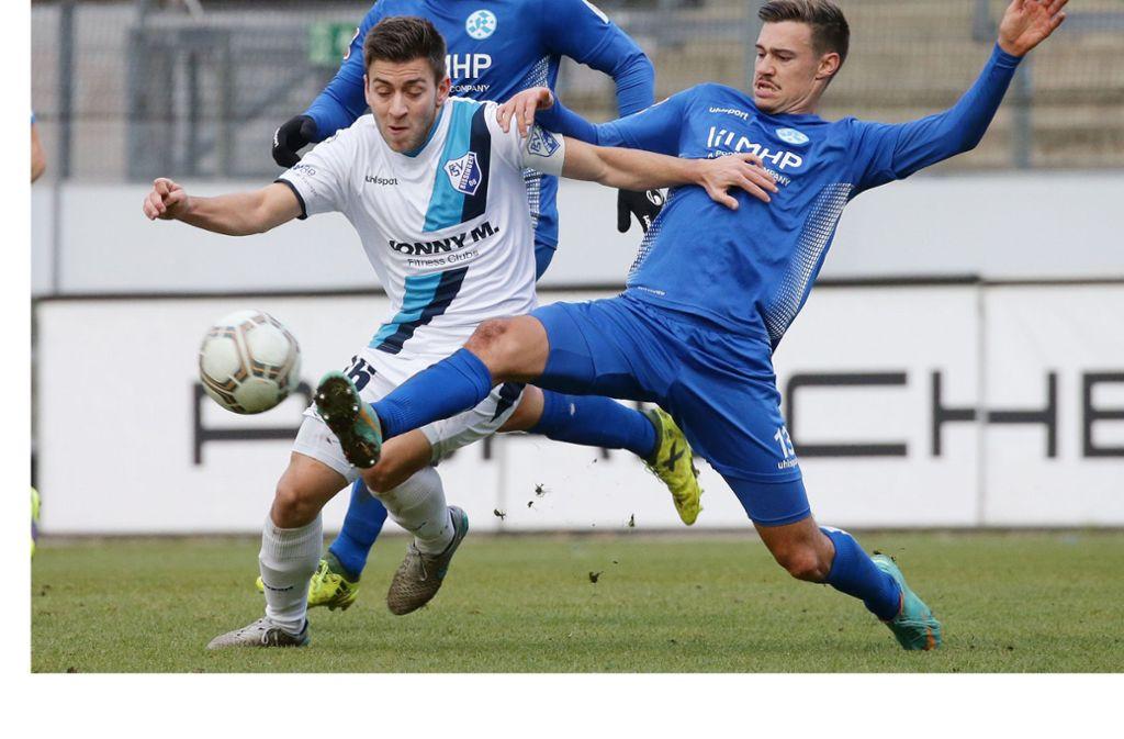 Kickers-Verteidiger Daniel Niedermann (re.) gegen Bissingens Marius Kunde: Das umkämpfte Hinspiel im Gazistadion   endete 1:1. Foto: Baumann