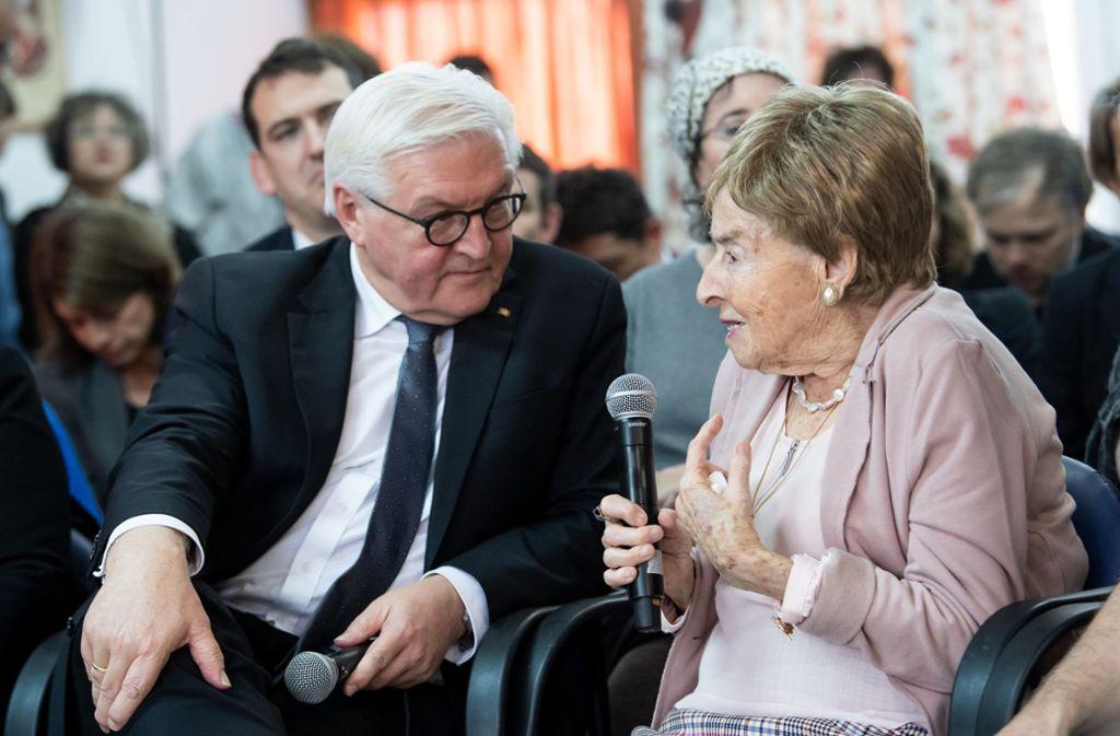 Bundespräsident Frank-Walter Steinmeier im Gespräch mit  Giselle Cycowicz, Psychologin und Holocaust-Überlebende Foto: dpa/Bernd von Jutrczenka