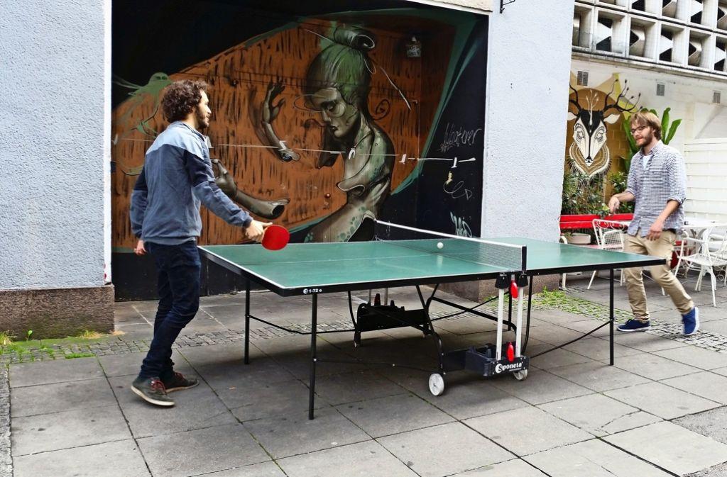 Francois Saorine (links) und Tino Bierwirth spielen in ihren Pausen gerne vor dem Kottan Tischtennis. Foto: Nina Ayerle