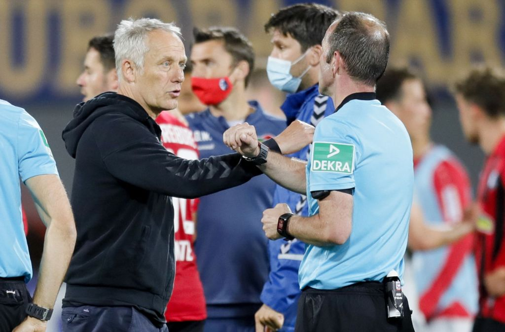 Freiburgs Trainer Christian Streich  beim Spiel gegen Bayer Leverkusen Foto: dpa/Ronald Wittek