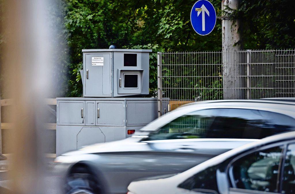 Am Neckartor wird geblitzt: Ein grauer Kasten auf einem Anhänger ist stationär – und doch mobil. Foto: Lichtgut/Max Kovalenko