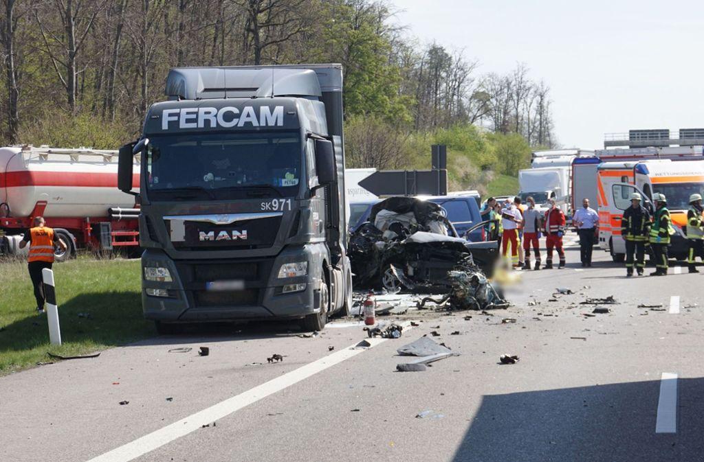 Bei dem Unfall auf der A8 bei Heimsheim stirbt ein Mensch. Es gibt mehrere Verletzte. Foto: SDMG//Gress