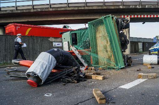 Unimog bleibt an Bahnbrücke hängen und kippt um