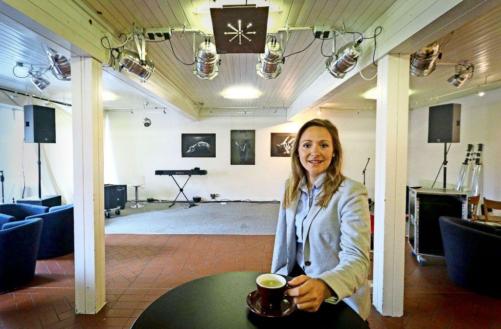An ihrem Lieblingsort: Jasmina Hostert ist Mitglied im Kulturverein Blaues Haus in Böblingen. Foto: factum/Granville