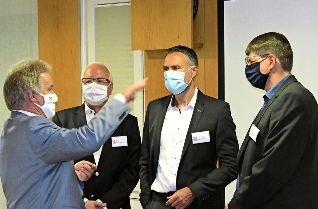 Franz Untersteller, Klaus Herrmann (BGZ-Aufsichtsratsvorsitzender), Bernd Heinl und Hanns Hub (von links) diskutieren angeregt. Foto: Bernd Zeyer