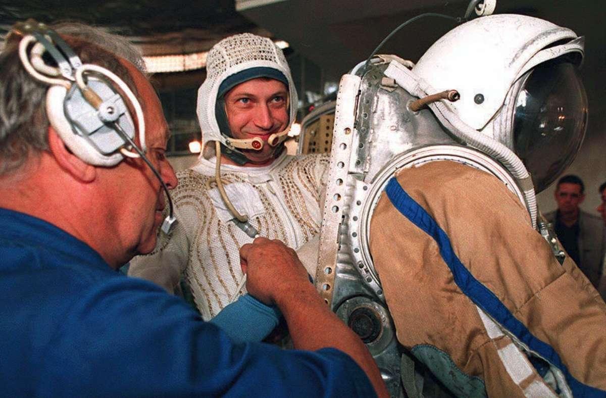 """Thomas Reiter arbeitete zwischen 1995 und 1996 auf der """"Mir"""". Foto: dpa/Yuri Gripas"""