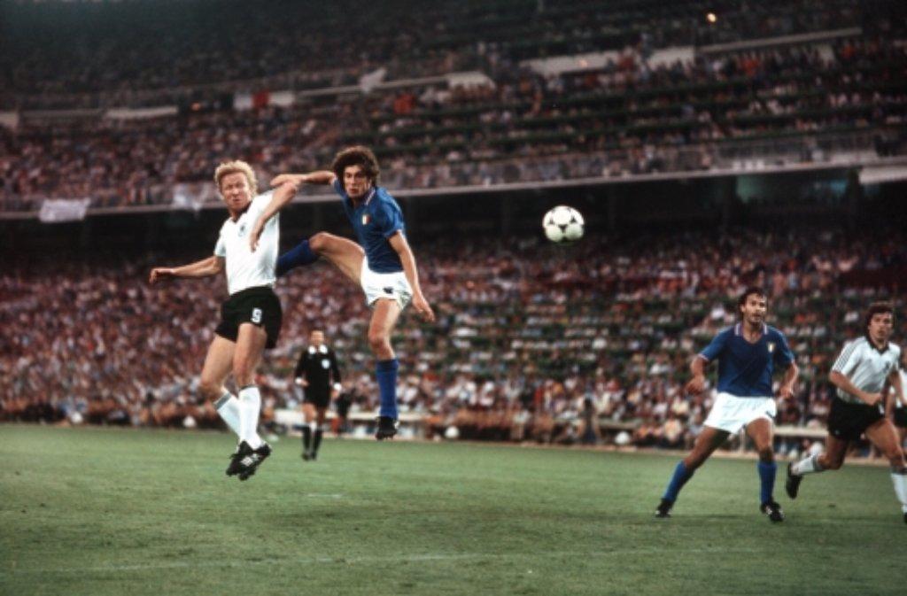 Horst Hrubesch (links) schraubt sich zum Kopfball hoch.  Am Ende verliert Deutschland das  WM-Finale 1982 in Spanien mit 3:1 gegen Italien. Foto: Pressefoto Baumann