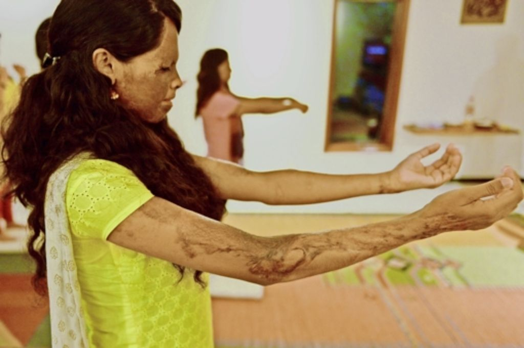 Mit 15 Jahren wurde Laxmi Agarwal mit Säure überschüttet. Doch sie lebt ihr Leben als Mutter und Aktivistin – und macht Yoga. Foto: AFP