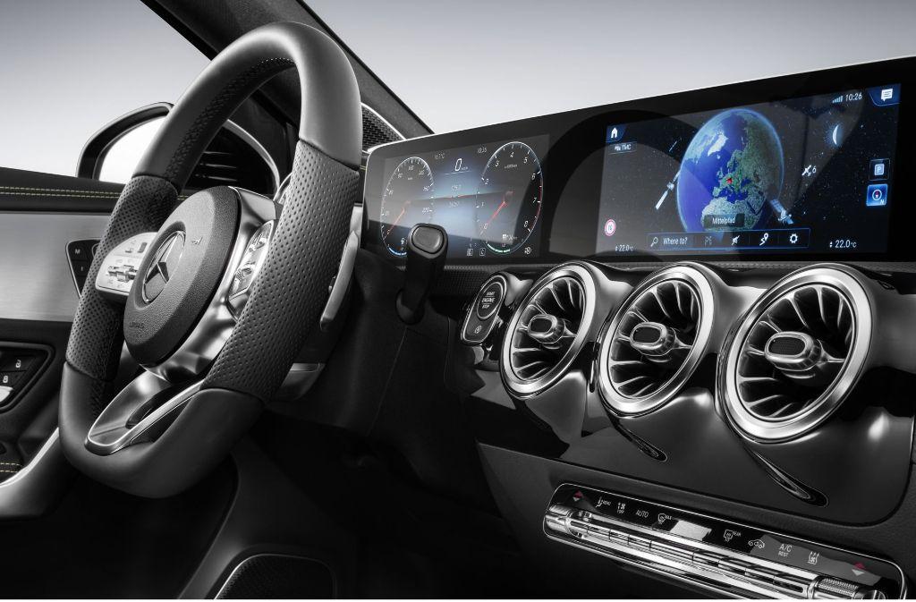 Das serienmäßige Widescreen-Cockpit steht völlig frei, erstmals wurde außerdem komplett auf eine Hutze – ein Blendschutz über dem Armaturenbrett – über den Instrumenten verzichtet. Foto: Daimler AG