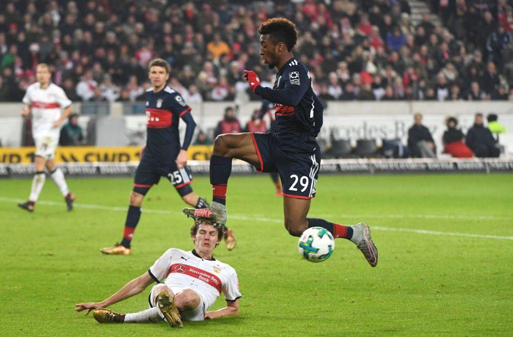 Noch Gegner, bald Mannschaftskameraden: Benjamin Pavard (unten) und Bayerns Kingsley Coman Foto: dpa