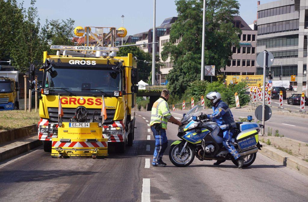 Nachdem ein Lastwagen auf der Hauptstätter Straße in Stuttgart Schmierstoffe verloren hat, bleibt der Bereich ein Problem. Foto: Andreas Rosar Fotoagentur-Stuttg
