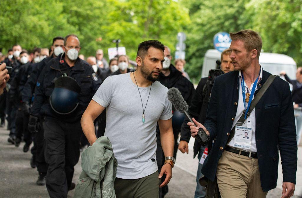 In Berlin wurde Attila Hildmann auf dem Weg zu einer Kundgebung am Kanzleramt vorübergehend festgenommen. Foto: dpa/Christophe Gateau