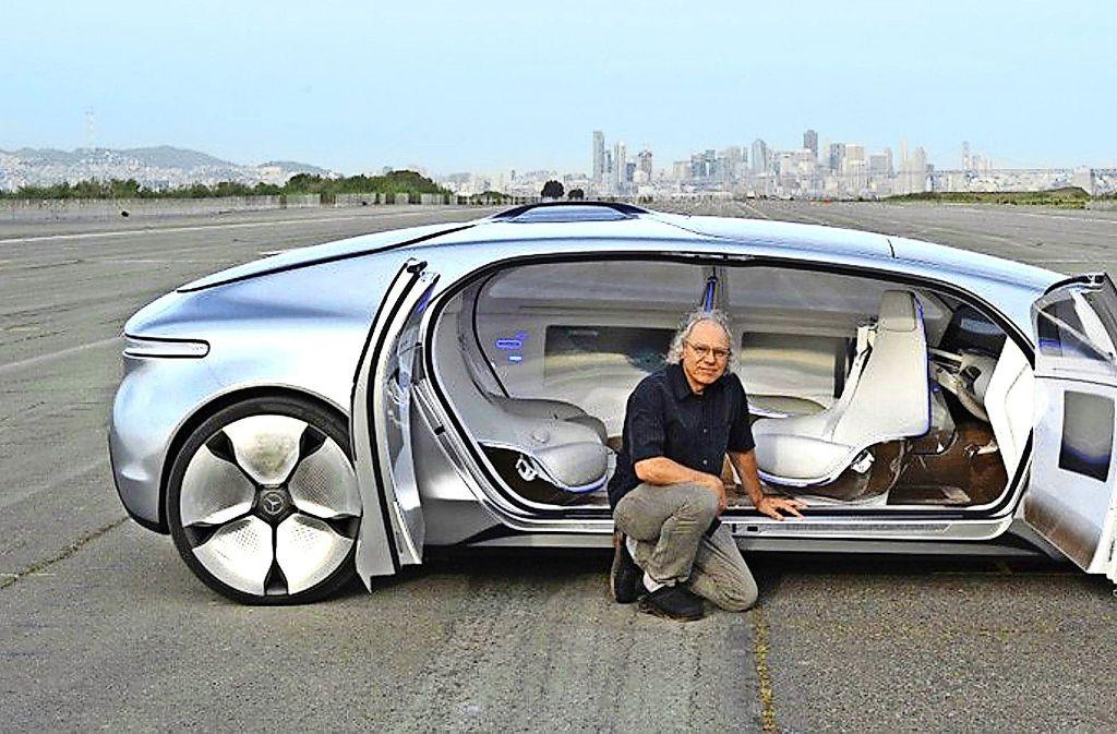 Der Daimler-Zukunftsforscher Alexander Mankowsky mit dem von ihm mit entworfenen Forschungsfahrzeug F 015, das 2015 vorgestellt wurde. Foto: Daimler
