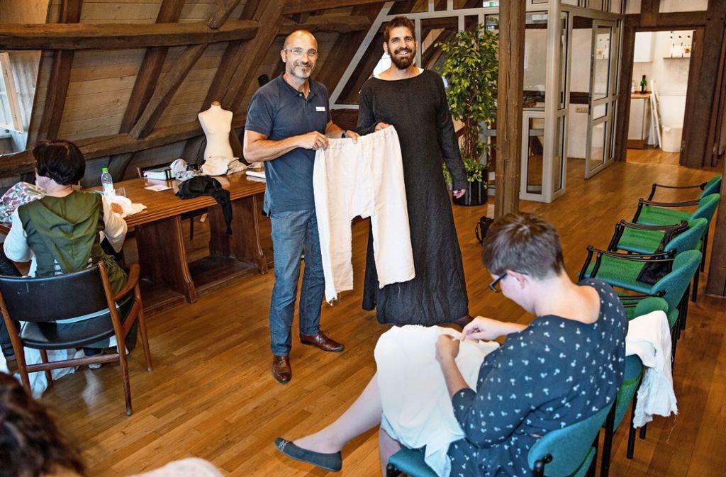 Bequemes Untendrunter fürs Stadtjubiläum: Stadtarchivar Uwe Geiger (links) und Christian Fingerle zeigen, wie Hosen  vor 850 Jahren ausgesehen haben. Foto: