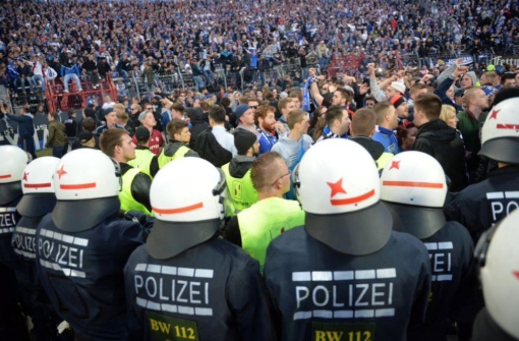 Bereits beim Relegationsrückspiel Anfang Juni im Wildparkstadion in Karlsruhe war die Polizei im Einsatz. Foto: dpa/Archivbild