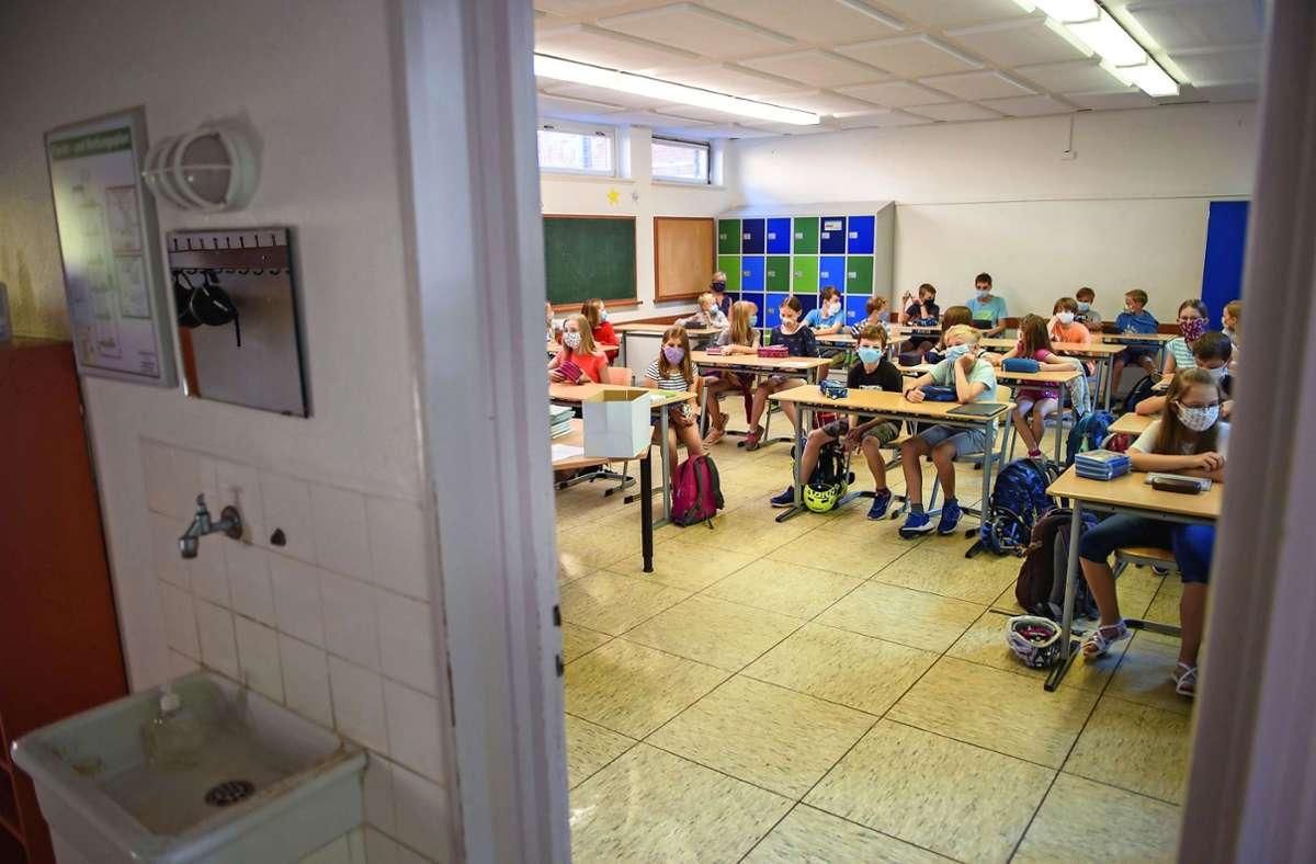 Wer muss in Quarantäne, wenn es in der Klasse einen Infektionsfall gibt? (Symbolbild) Foto: dpa/Gregor Fischer