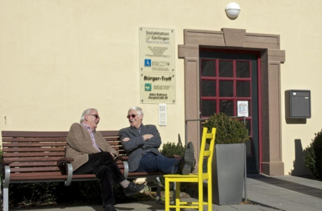 Werner  Matthes (rechts) kann die Beine hochlegen, Günter Heberling hat den Bürgertreff-Vorsitz übernommen. Foto: FACTUM-WEISE