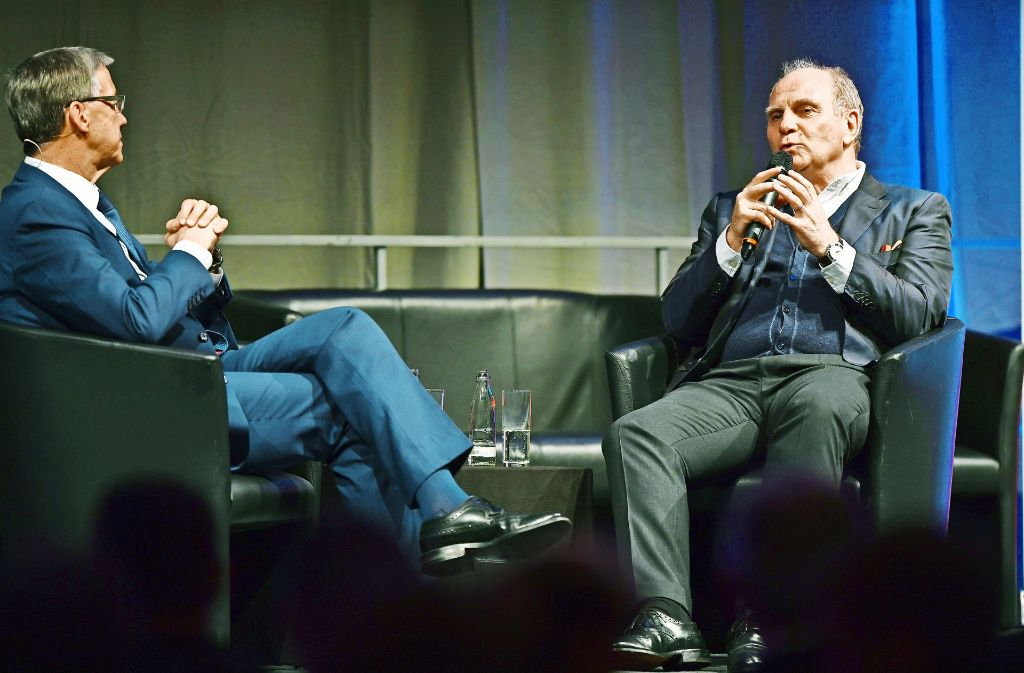 Prominente Gäste bei einem Forum der H.-Firmengruppe: der FC-Bayern-Präsident Uli Hoeneß (rechts) im Gespräch mit Ex-Minister Walter Döring (FDP). Foto: Messe Friedrichshafen